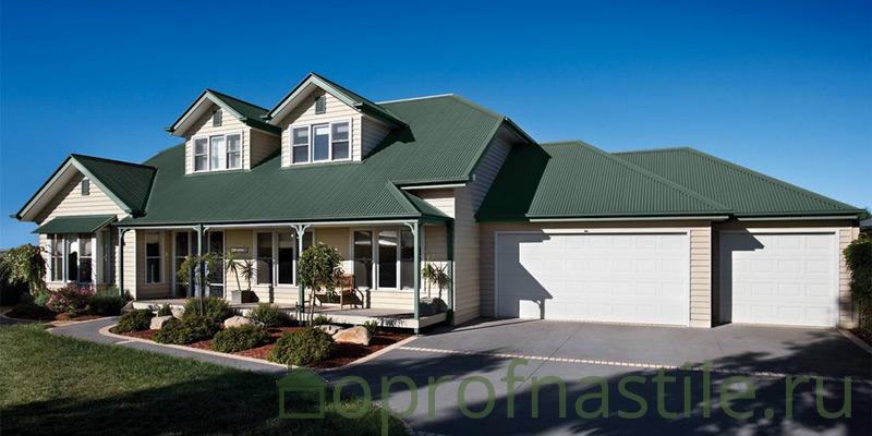 Дом с крышей, покрытой профнастилом