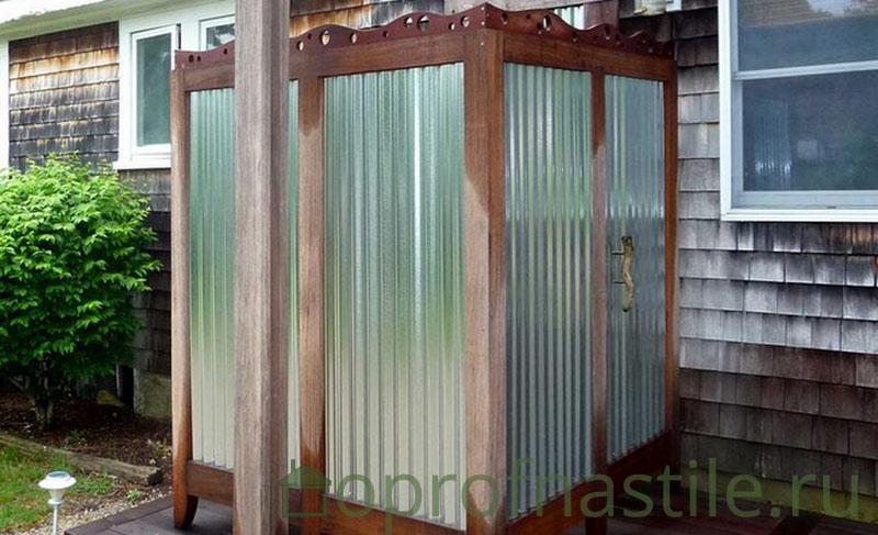 Фото летнего душ из профнастила и дерева